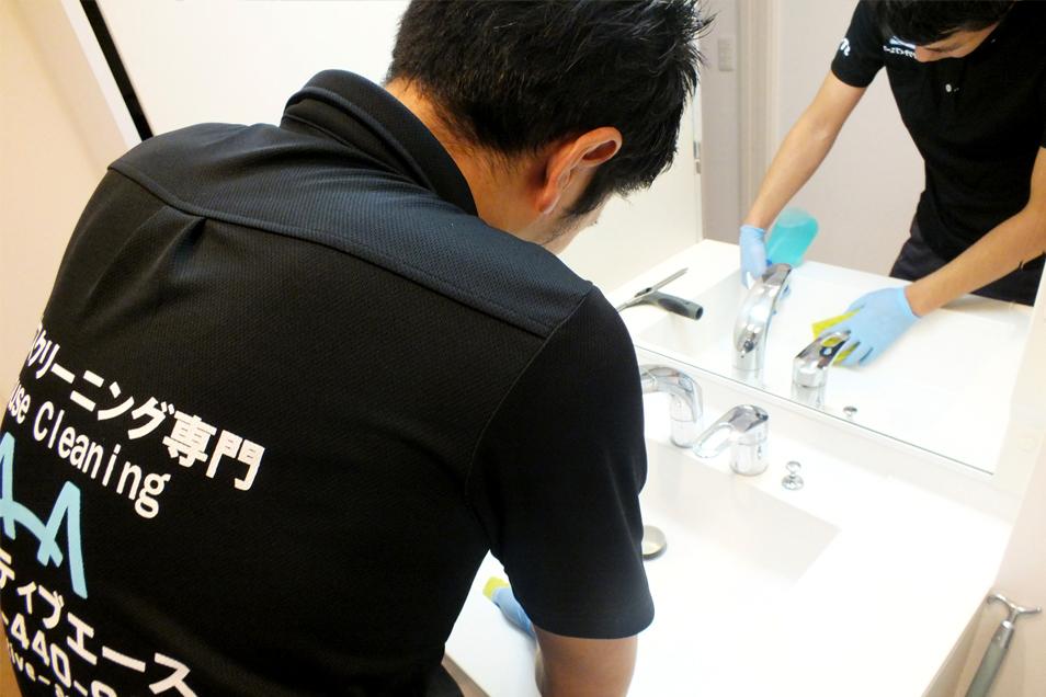 洗面台の水垢やカビ、床の髪の毛などを丁寧に取り除きます
